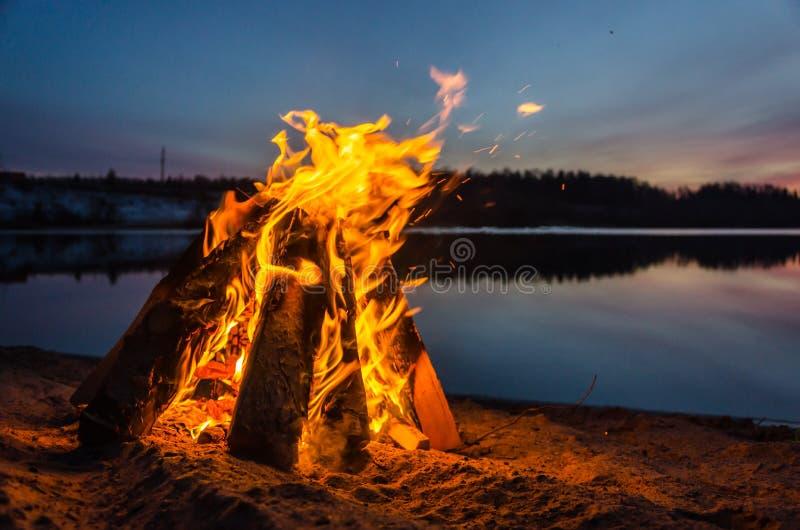Vuur op het strandzand royalty-vrije stock fotografie
