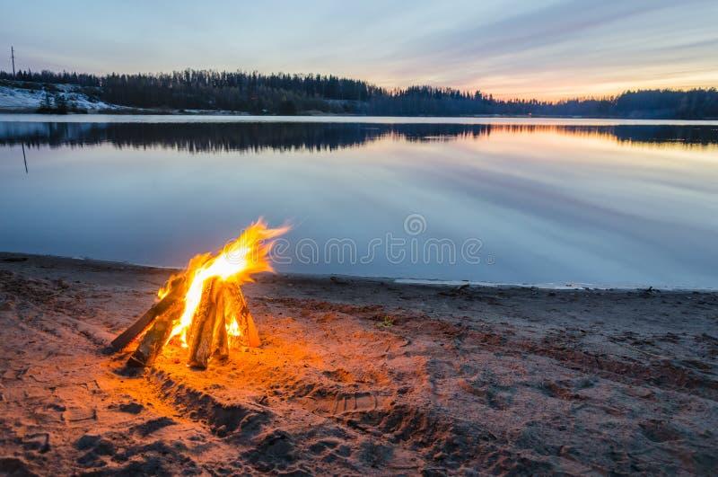 Vuur op het strandzand stock foto's