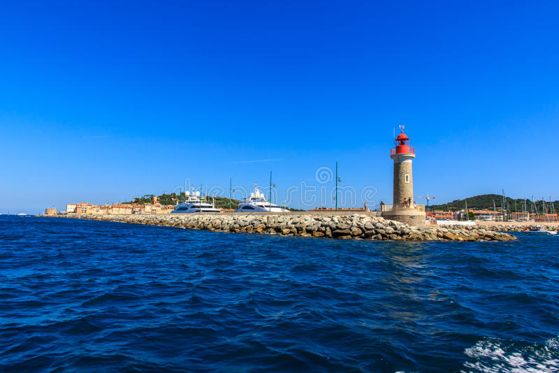 Vuurtoren bij de zeehaven van Saint Tropez, Kooi d'Azur, Frankrijk stock fotografie