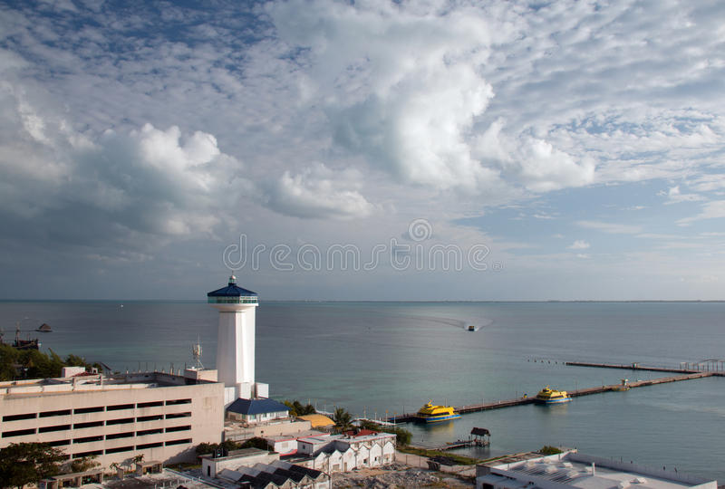Vuurtoren bij dichtbijgelegen pijler in Puerto Juarez Cancun Mexico royalty-vrije stock foto