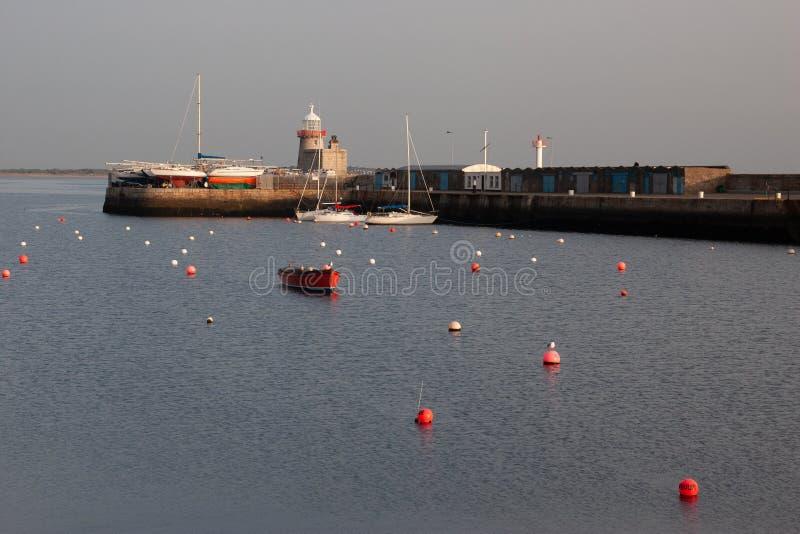 Vuurtoren bij Howth-haven Howth is een visserij kleine haven dichtbij Dublin Bay stock fotografie
