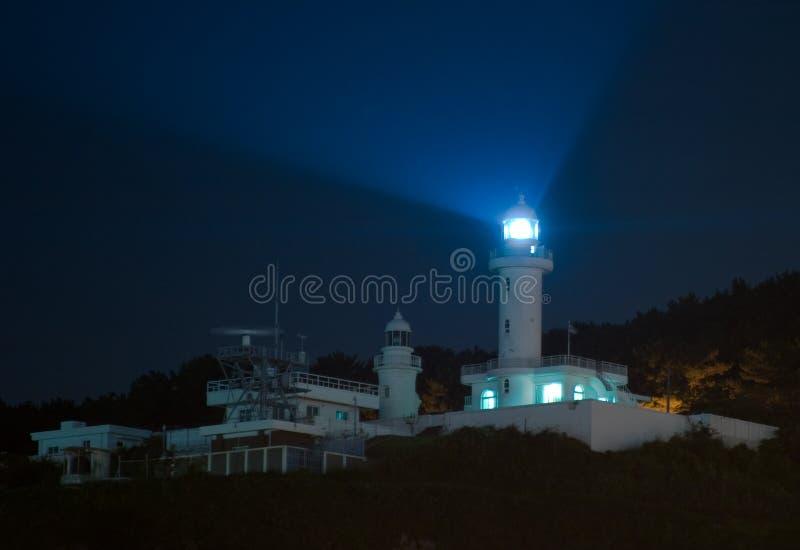 Vuurtoren bij nacht stock afbeelding