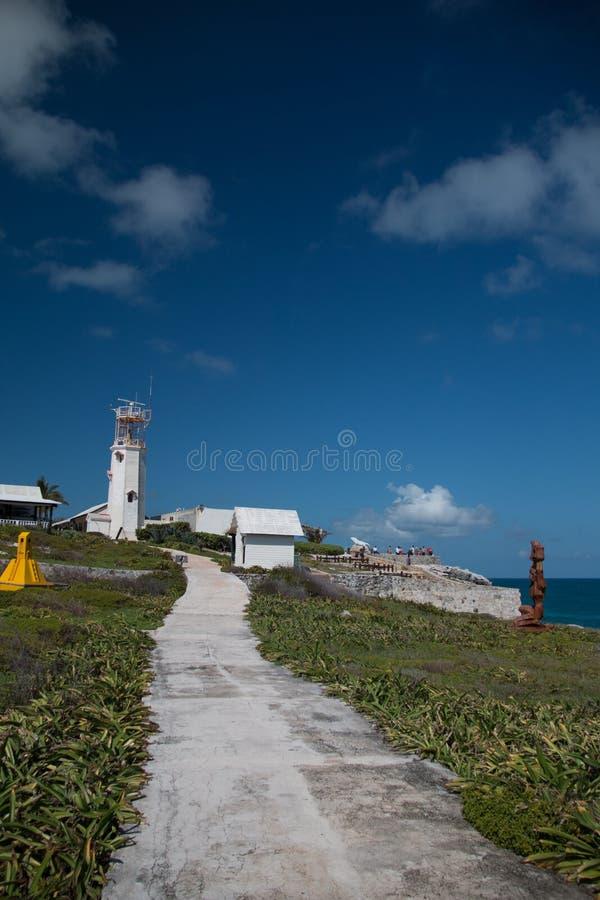 Vuurtoren communicatie toren op het kleine Mexicaanse Eiland Isla Mujeres (eiland van de vrouwen) royalty-vrije stock afbeelding
