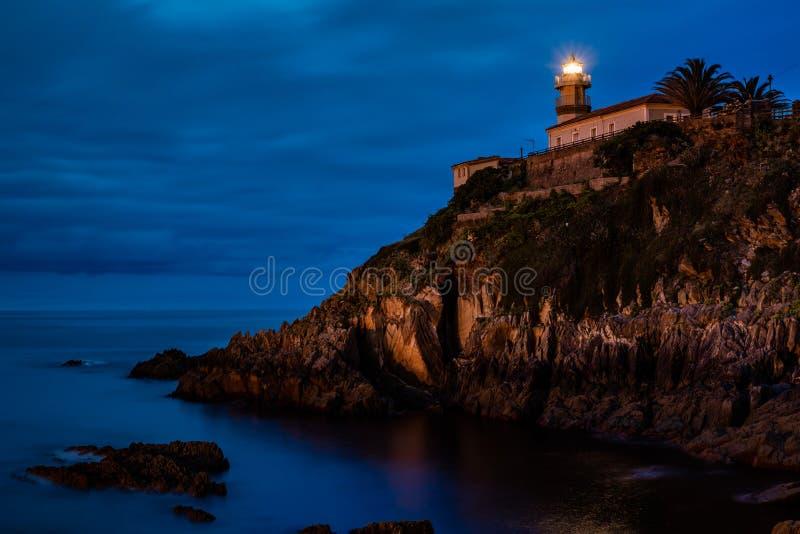 Vuurtoren Cudillero in het gebied van Asturias in het noorden van Spanje royalty-vrije stock afbeeldingen