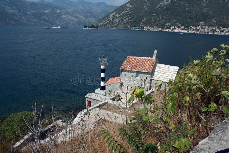 Vuurtoren en middeleeuwse kerk, baai van Kotor, Montenegro stock foto's