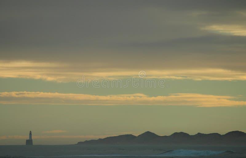 Vuurtoren en Zandduinensilhouet stock foto
