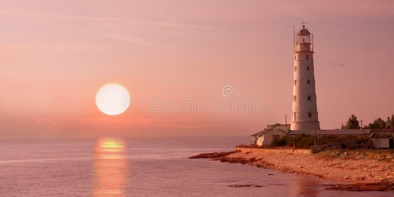 Vuurtoren en zonsondergang stock afbeeldingen