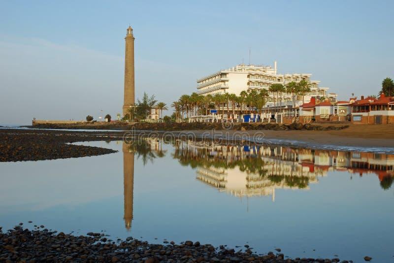 Vuurtoren, hotelsspiegel in water-Gran Canaria stock afbeeldingen