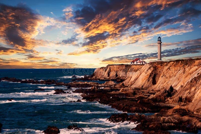 Vuurtoren op de kust in Californië bij zonsondergang royalty-vrije stock foto's