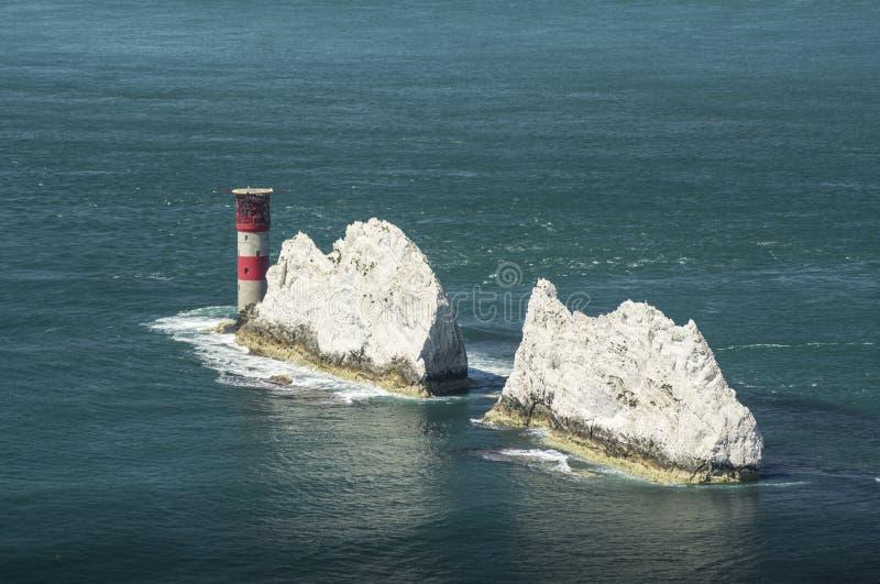 Vuurtoren op een Blauwe Overzees met Klippen royalty-vrije stock afbeeldingen