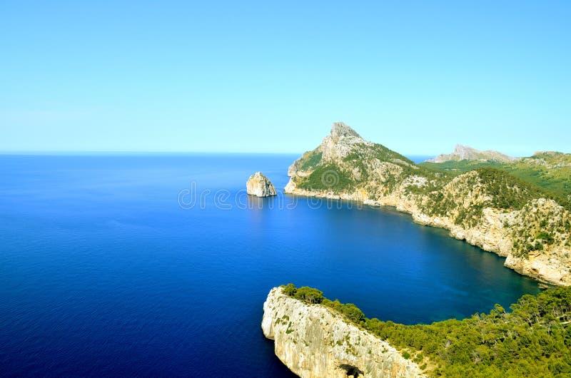 Vuurtoren op een eiland in het blauwe overzees royalty-vrije stock fotografie