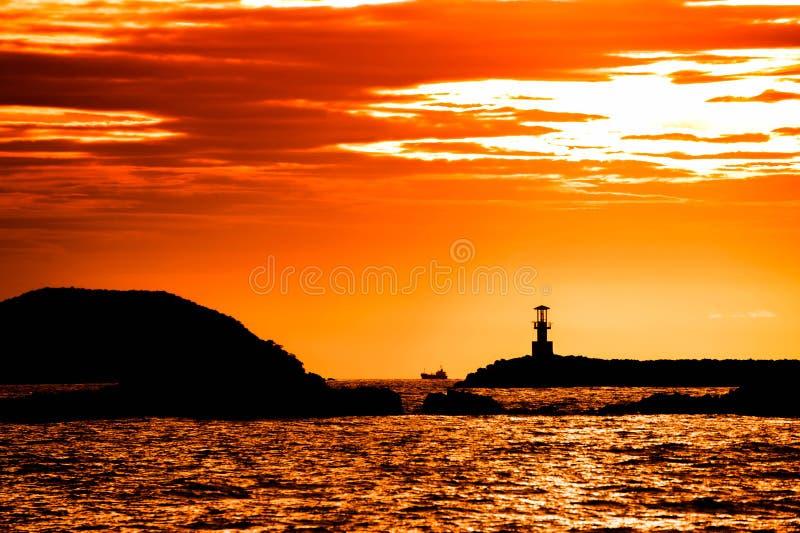 Vuurtoren op zonsondergang stock foto