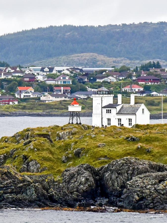 Vuurtoren ?Sorhaugoy fyr ?op het eiland Tonjer bij de haveningang van Haugesund in Noorwegen stock afbeelding