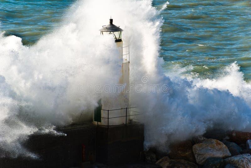 Vuurtoren tijdens een seastorm royalty-vrije stock afbeeldingen