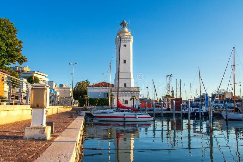 Vuurtoren in zeehaven van Rimini, Italië Boten in havenkanaal worden vastgelegd in Rimini, Italië dat royalty-vrije stock afbeelding