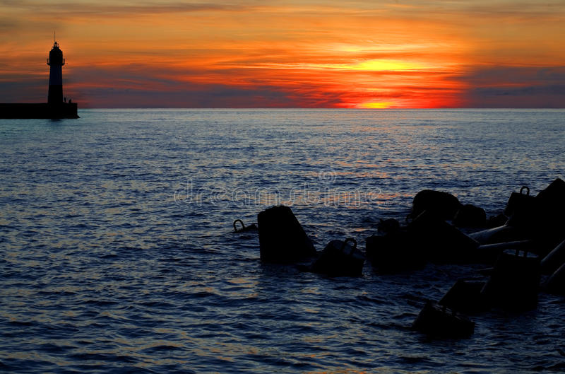 Vuurtoren in zonsopgang stock foto