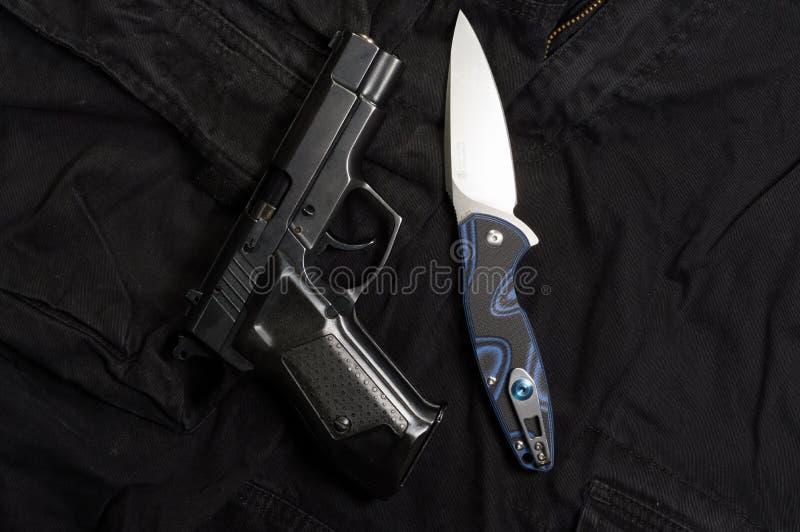 Vuurwapen en mes Wapens en van mensen kleding royalty-vrije stock afbeelding