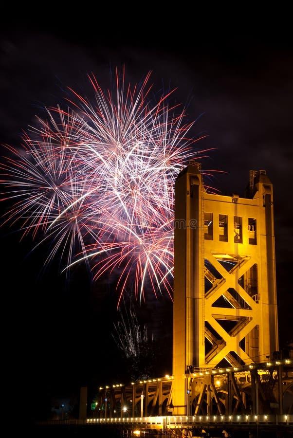 Vuurwerk achter de Brug Sacramento Californi van de Toren royalty-vrije stock foto's