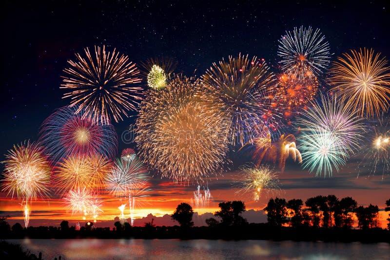 Vuurwerk bij het meer tijdens partijgebeurtenis of huwelijksontvangst stock foto