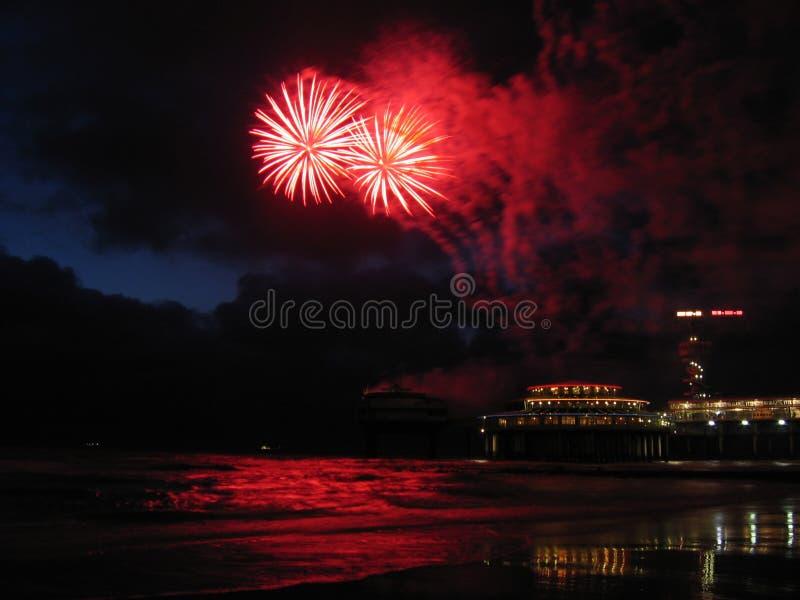Vuurwerk bij het strand stock afbeeldingen