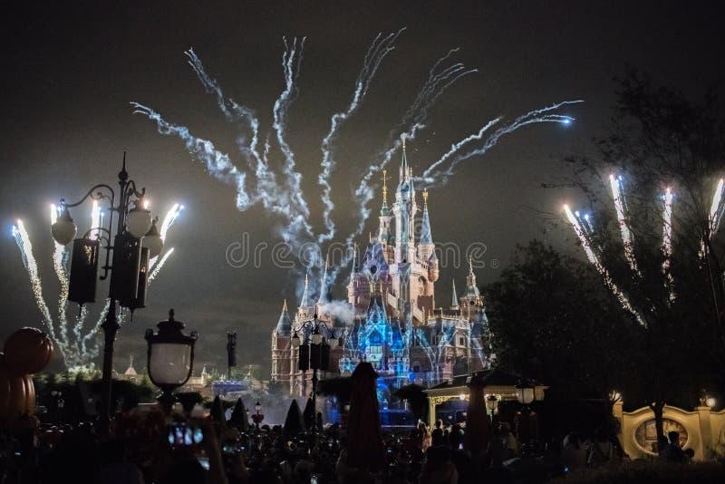 Vuurwerk bij het Verrukte Verhalenboekkasteel in Shanghai Disneyland, China stock foto