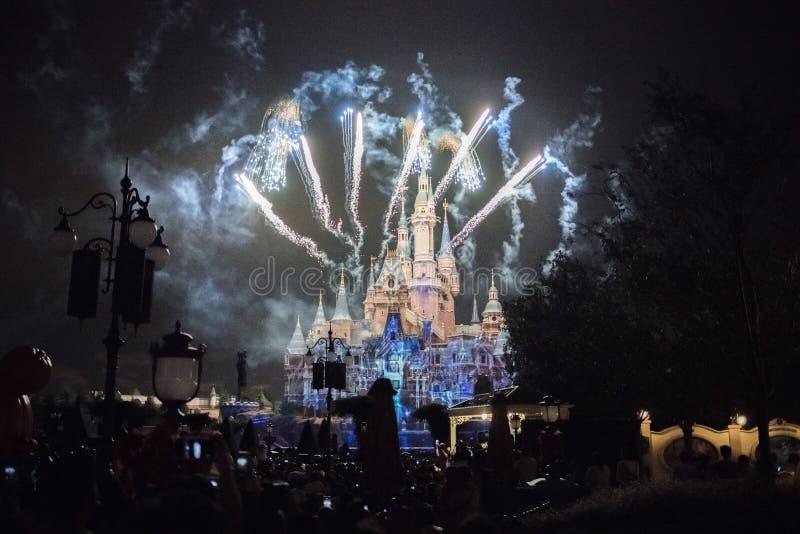 Vuurwerk bij het Verrukte Verhalenboekkasteel in Shanghai Disneyland, China royalty-vrije stock fotografie