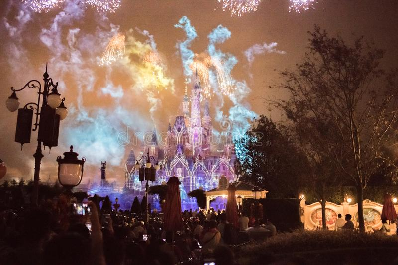 Vuurwerk bij het Verrukte Verhalenboekkasteel in Shanghai Disneyland, China royalty-vrije stock foto's