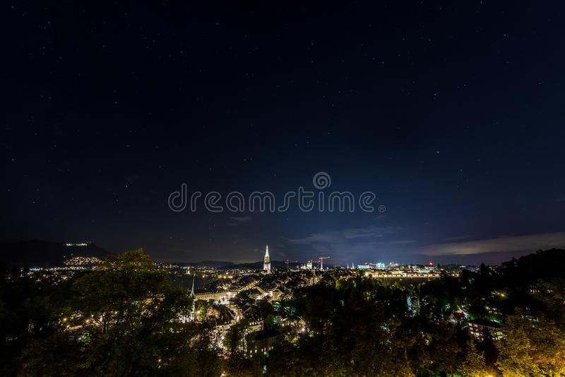 Vuurwerk bij nacht in de oude stad van Bern stock afbeeldingen