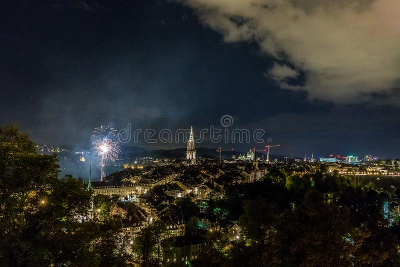Vuurwerk bij nacht in de oude stad van Bern stock foto