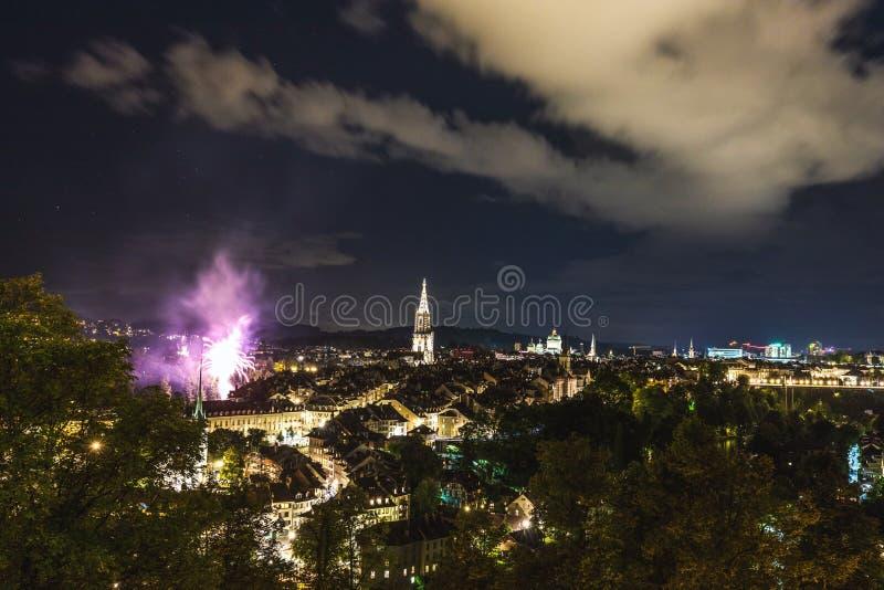 Vuurwerk bij nacht in de oude stad van Bern royalty-vrije stock fotografie
