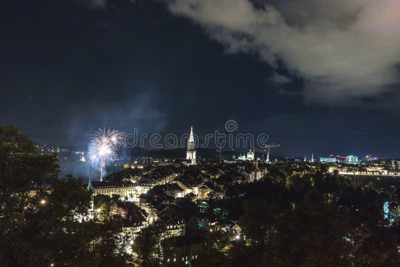 Vuurwerk bij nacht in de oude stad van Bern stock fotografie