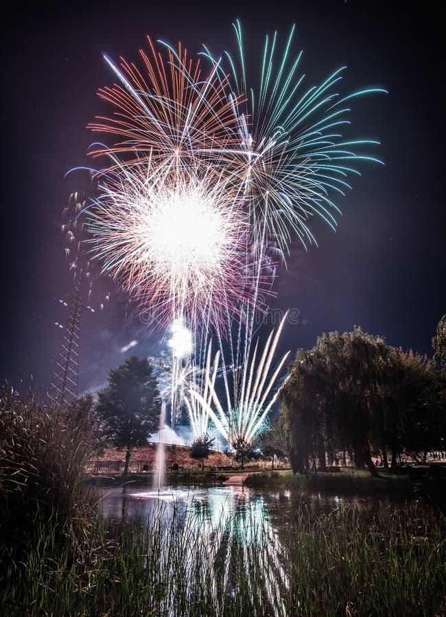 Vuurwerk bij nacht in nieuw jaar stock fotografie