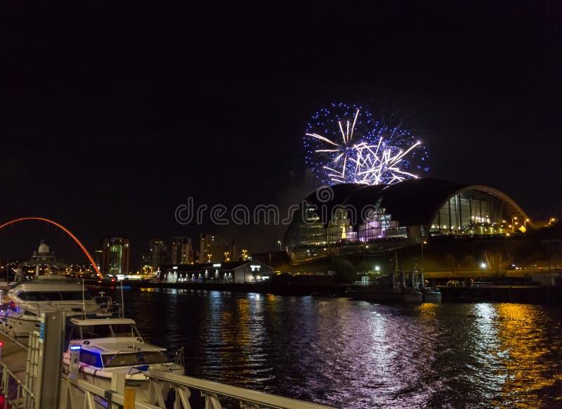 Vuurwerk bij Quayside van Newcastle op Nieuwjaar` s Vooravond royalty-vrije stock foto