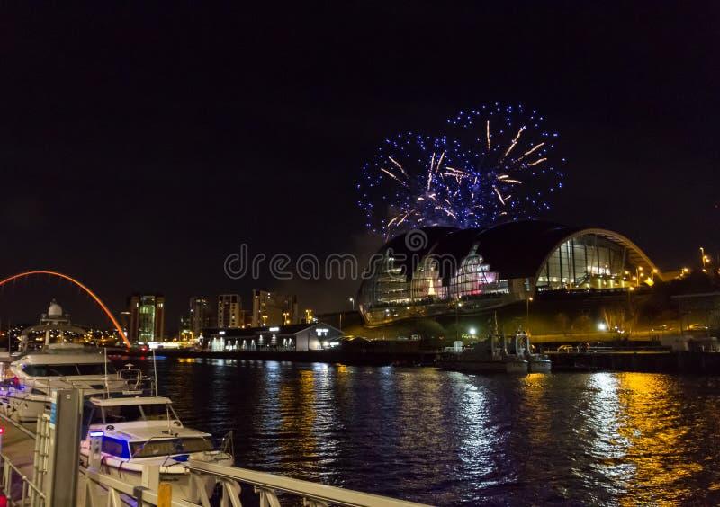 Vuurwerk bij Quayside van Newcastle op Nieuwjaar` s Vooravond stock foto