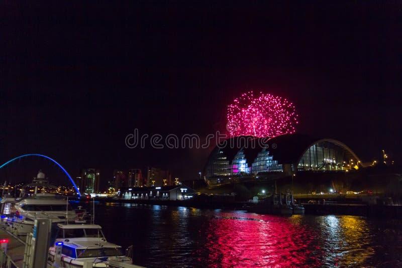 Vuurwerk bij Quayside van Newcastle op Nieuwjaar` s Vooravond royalty-vrije stock fotografie