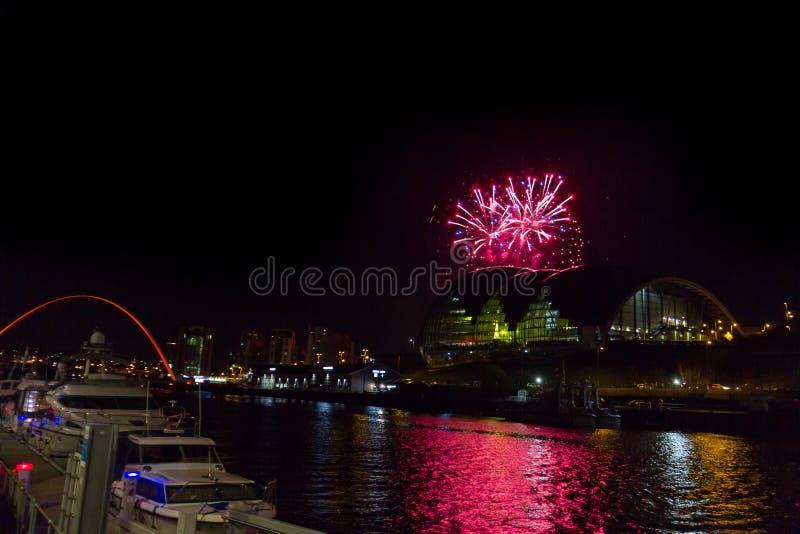 Vuurwerk bij Quayside van Newcastle op Nieuwjaar` s Vooravond royalty-vrije stock foto's