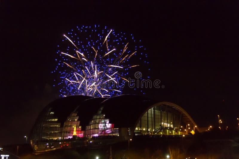 Vuurwerk bij Quayside van Newcastle over Sage Gateshead-concertzaal stock afbeelding