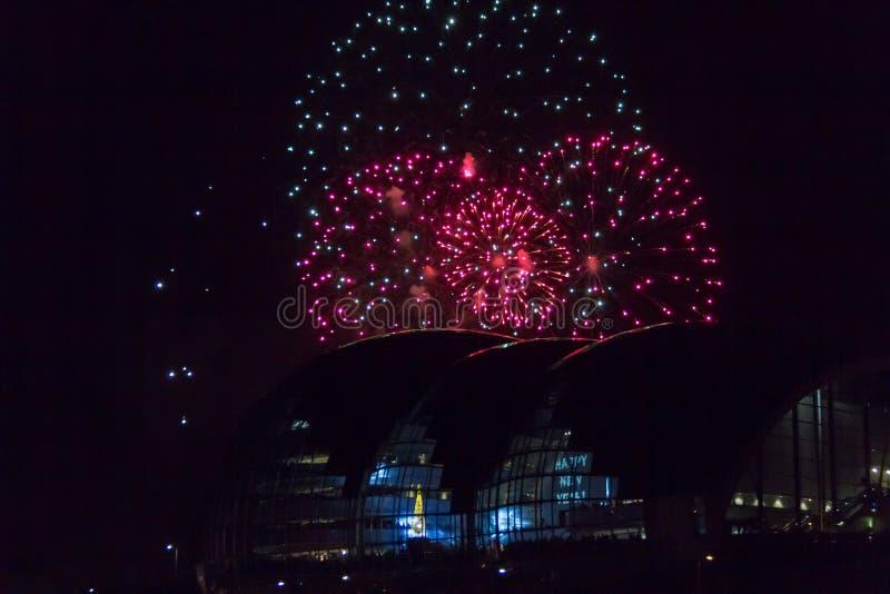 Vuurwerk bij Quayside van Newcastle over Sage Gateshead-concertzaal stock afbeeldingen