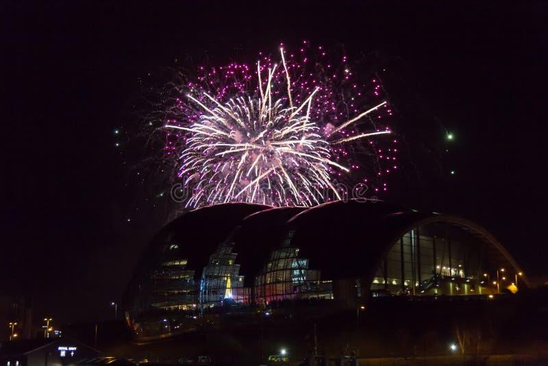 Vuurwerk bij Quayside van Newcastle over Sage Gateshead-concertzaal royalty-vrije stock foto