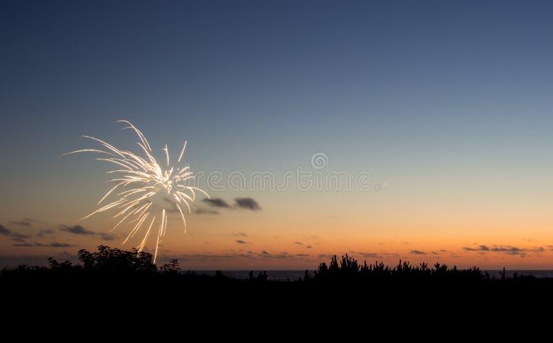 Vuurwerk bij zonsondergang royalty-vrije stock afbeeldingen