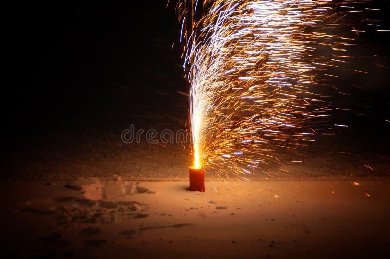 Vuurwerk in de nacht stock fotografie