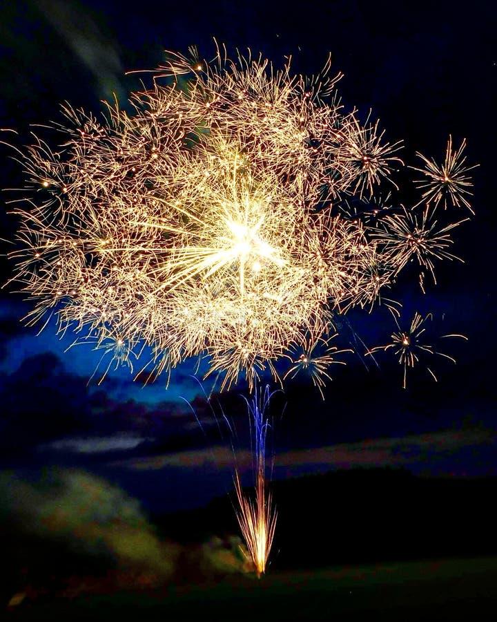 Vuurwerk in de nacht, viering, ritselen stock afbeelding