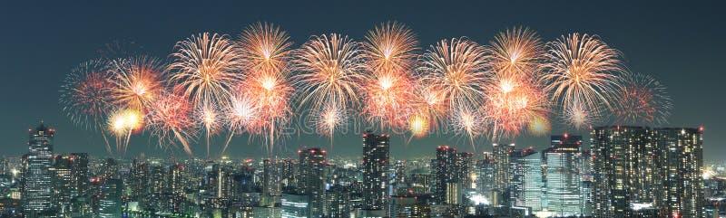 Vuurwerk die over cityscape van Tokyo bij nacht vieren, Japan stock fotografie