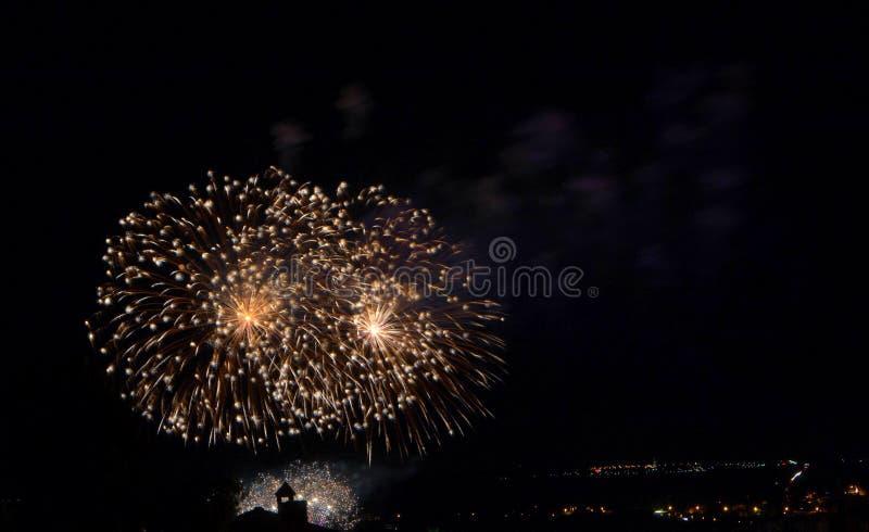 Vuurwerk die in stad barsten royalty-vrije stock afbeeldingen