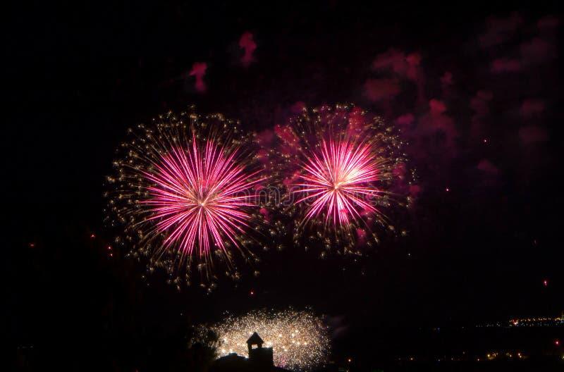 Vuurwerk die in stad barsten royalty-vrije stock afbeelding