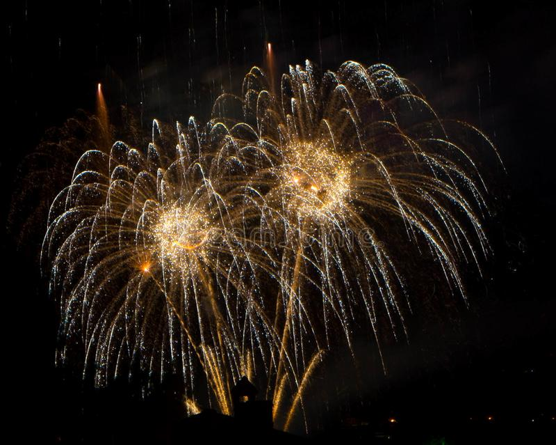 Vuurwerk die in stad barsten royalty-vrije stock fotografie