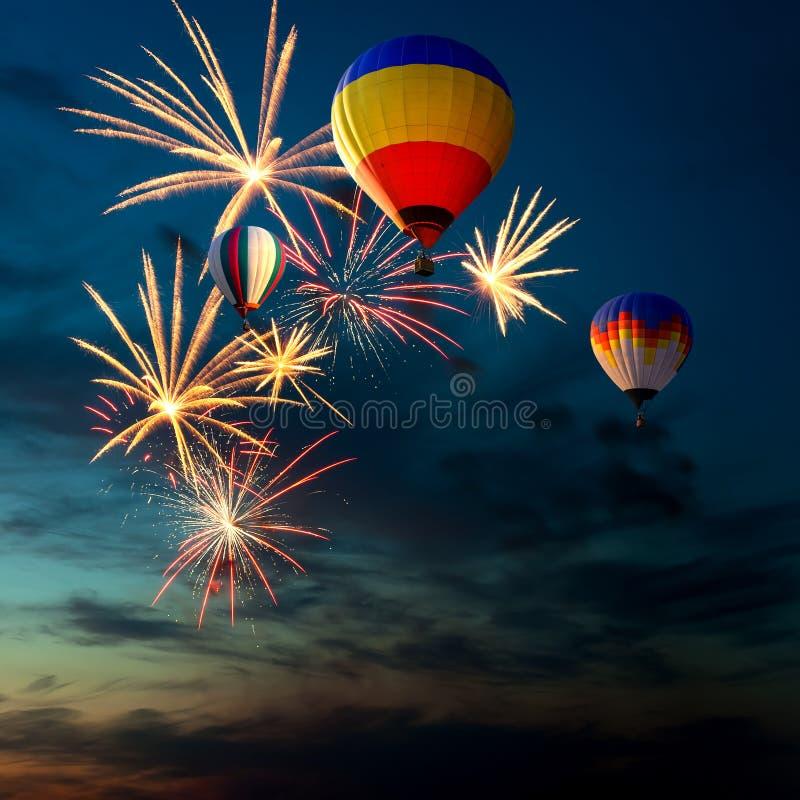 Vuurwerk en hete lucht-ballon bij zonsondergang stock foto