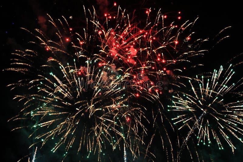 Vuurwerk vuurwerk Hemelse achtergrond Kleurrijke golf van heldere rode, groene en blauwe het fonkelen lichten in de nachthemel ti royalty-vrije stock afbeelding