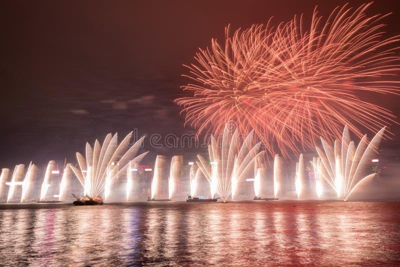Vuurwerk in Hong Kong New Year-viering 2017 in Victoria Harbour stock afbeeldingen