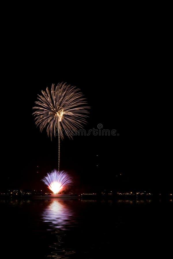 Vuurwerk met meerbezinning stock fotografie